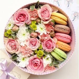 Коробка с цветами и макаронсами R211