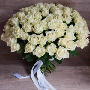 Букет 51 белая роза с лентами R493