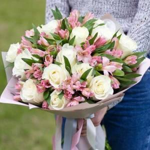 Сборный букет белые розы и альстромерия R497